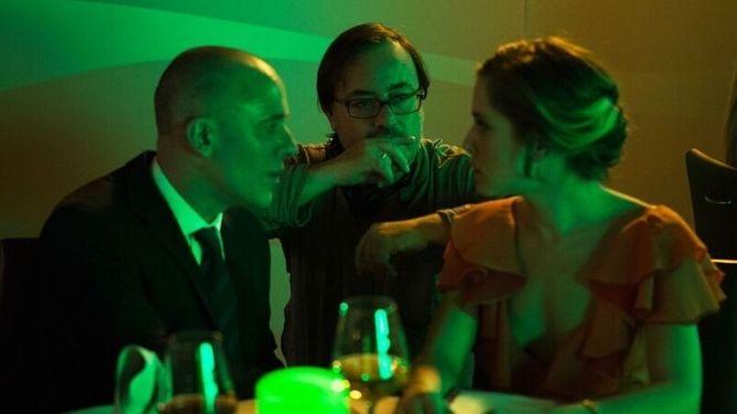Javier Gutiérrez, Manuel Martín Cuenca y María León en un momento del rodaje de 'El móvil'