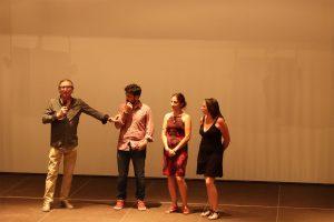 Sebastián Haro se dirige al público desde el escenario acompañado de los directores Bernabé Bulnes, Ana Rosa Diego y Mercedes del Río