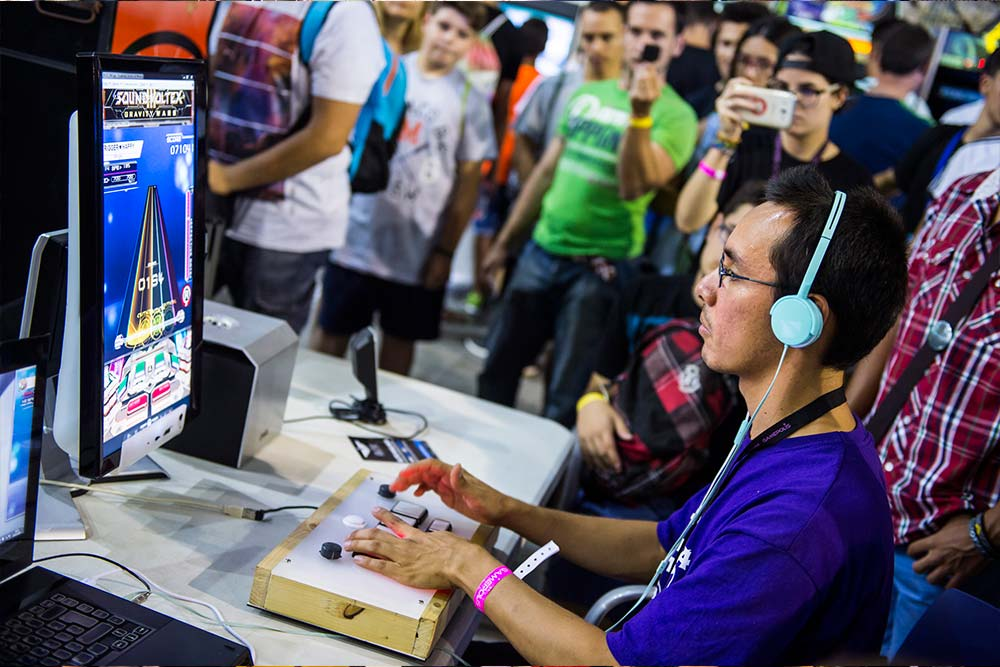 Un asistente a la edición anterior de Gamepolis jugando en la zona retro.