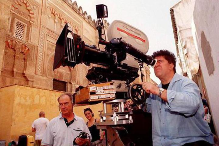 Pedro Almodóvar junto a la Mezquita de Córdoba durante el rodaje de 'Hable con ella' .