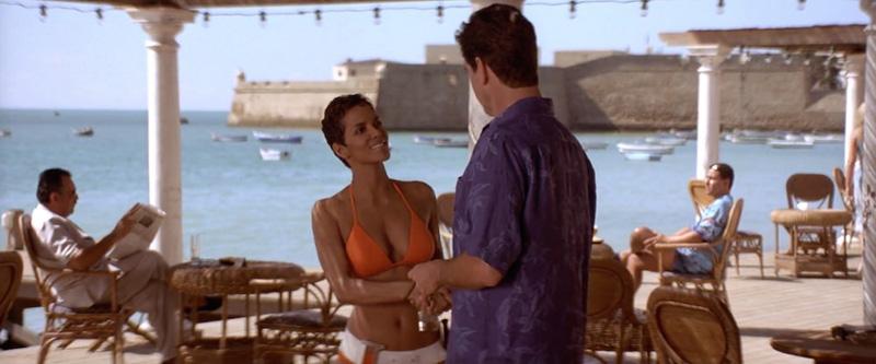 Halle Berry y Pierce Brosnan en la Caleta, con el Castillo de Santa Catalina al fondo, en una escena de Muere otro día.