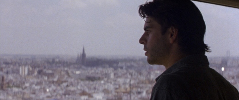 Eduardo Noriega contempla Sevilla desde los 92 metros de la Torre Banesto, en una escena de Nadie conoce a nadie.