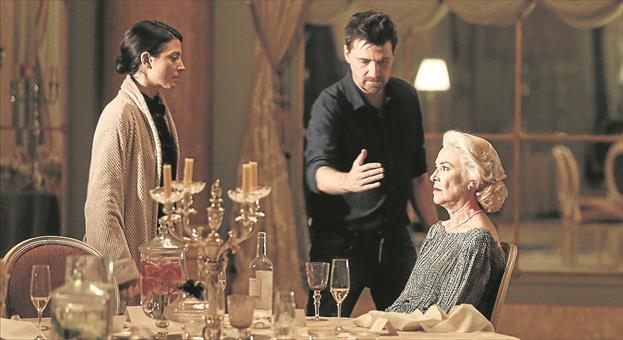 Un momento del rodaje de 'La enfermedad del domingo', con Barbara Lennie (a la izquierda), Ramón Salazar (en el centro) y Susi Sánchez (a la derecha).