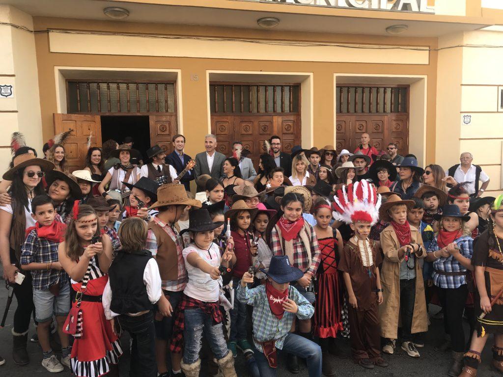 El consejero de Cultura, Miguel Ángel Vázquez junto a un grupo de niños caracterizados como personajes de western en la inauguración del AWFF
