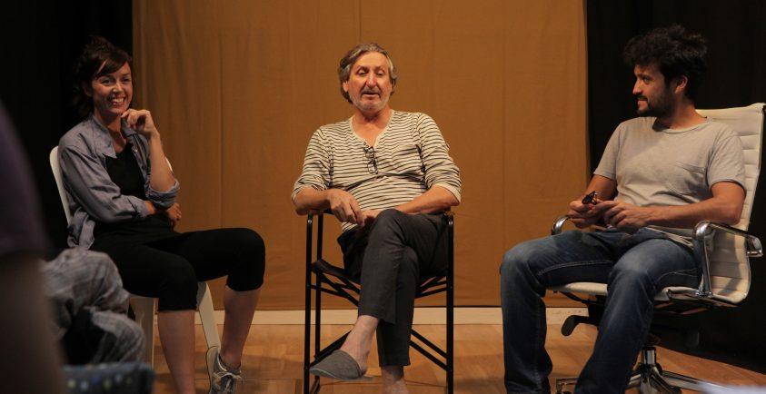 Tamara Arias, Sebastián Haro y un alumno durante un curso del Laboratorio de Interpretación.