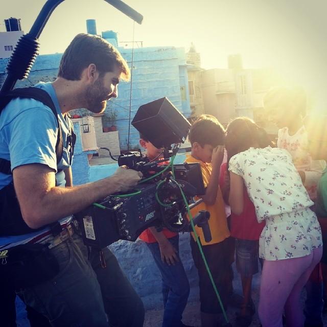 Daniel Sánchez-López durante uno de sus rodajes en India. Foto: Vishnu Sevenbyg