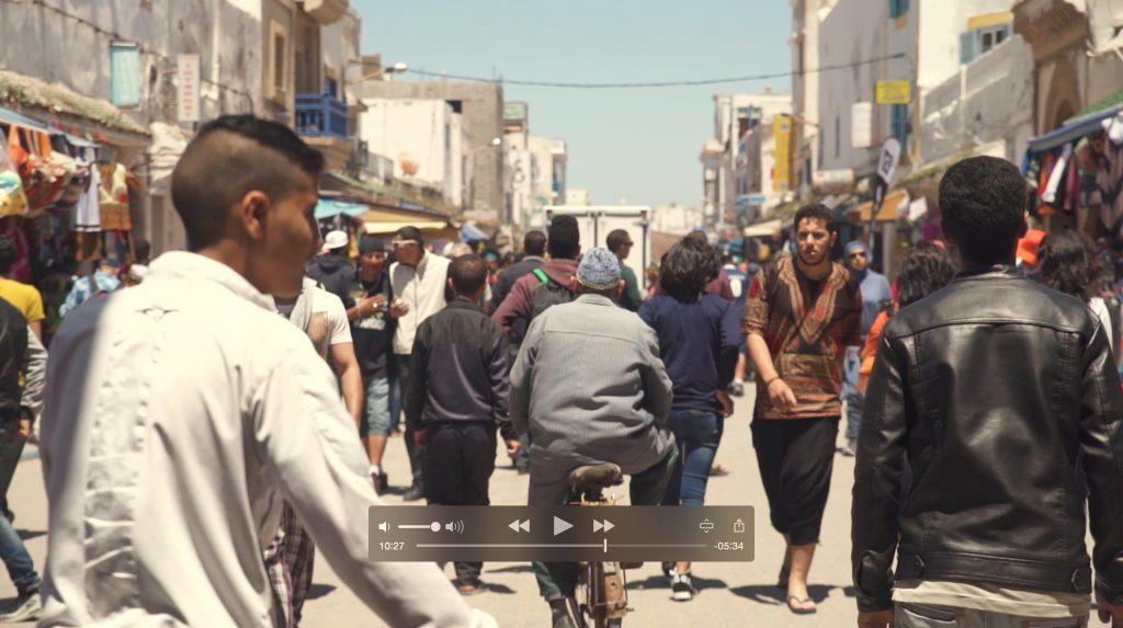Una escena de la webserie Viveylate en marruecos.