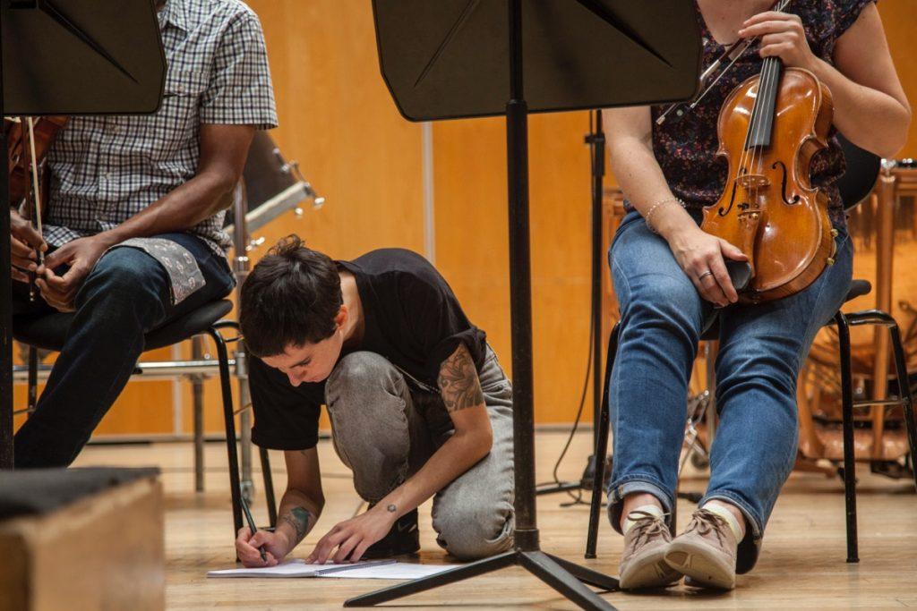 La compositora malagueña Paloma Peñarrubia junto a dos de los músicos que colaboran con ella.