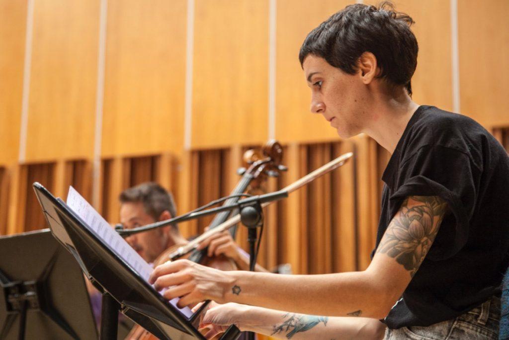 Paloma Peñarrubia en la grabación de la BSO de 'Bajo la piel del lobo'