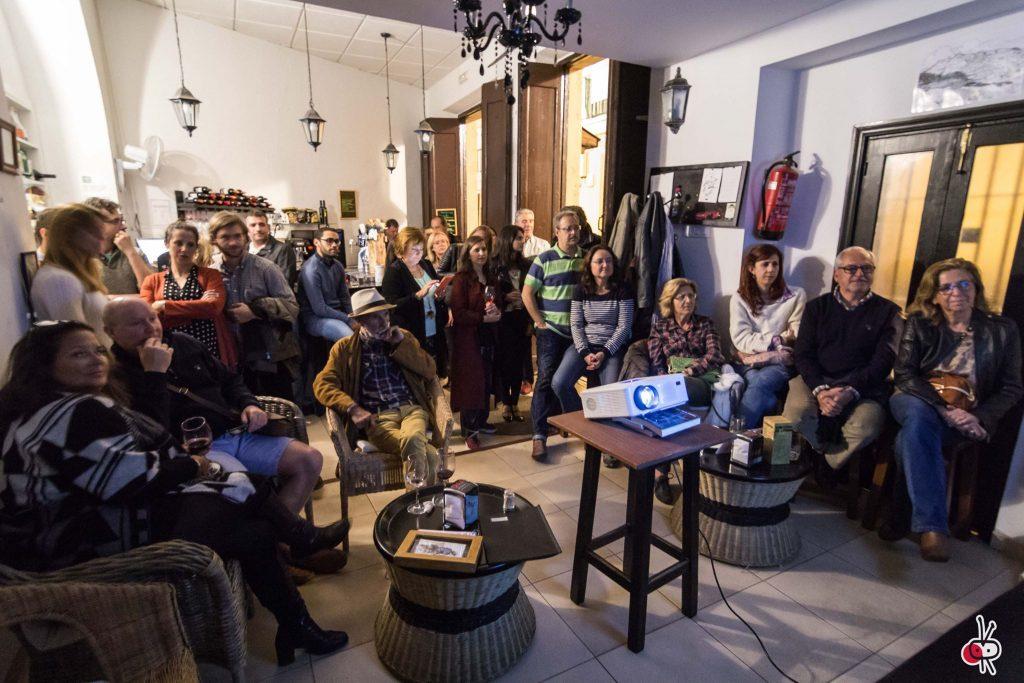 Público asistente a la proyección en el bar Casapuerta en Cádiz.