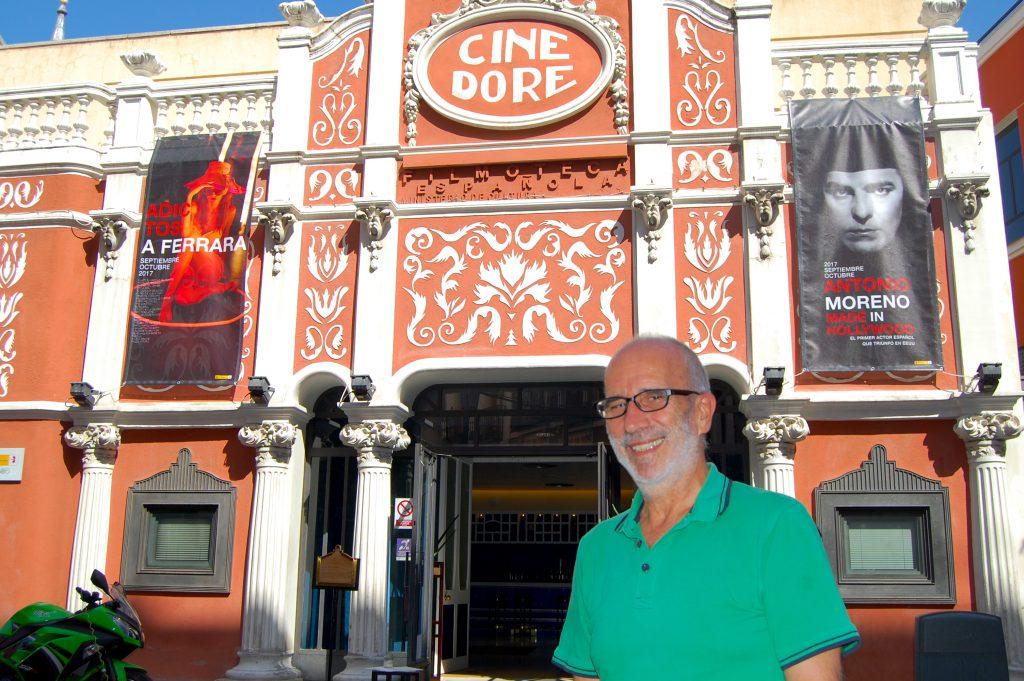 José Luis Sánchez Noriega ante el Cine Doré. Alejandro Ávila