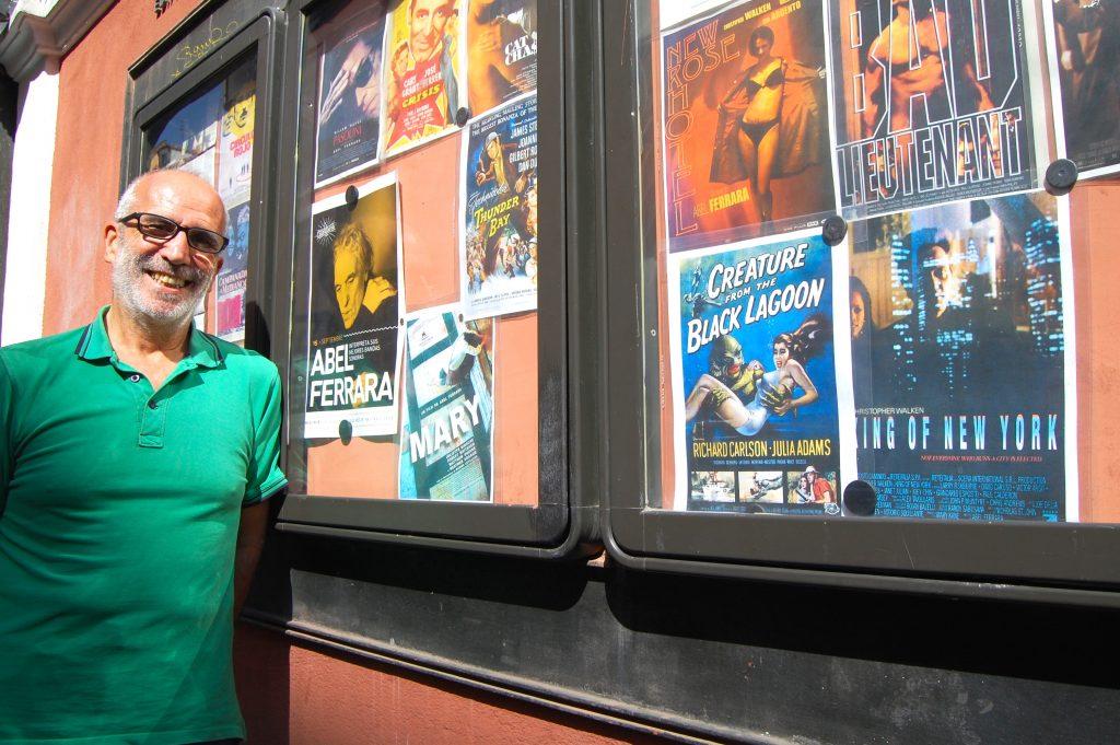 José Luis Sánchez Noriega ante la cartelera del Cine Doré. Foto: Alejandro Ávila.