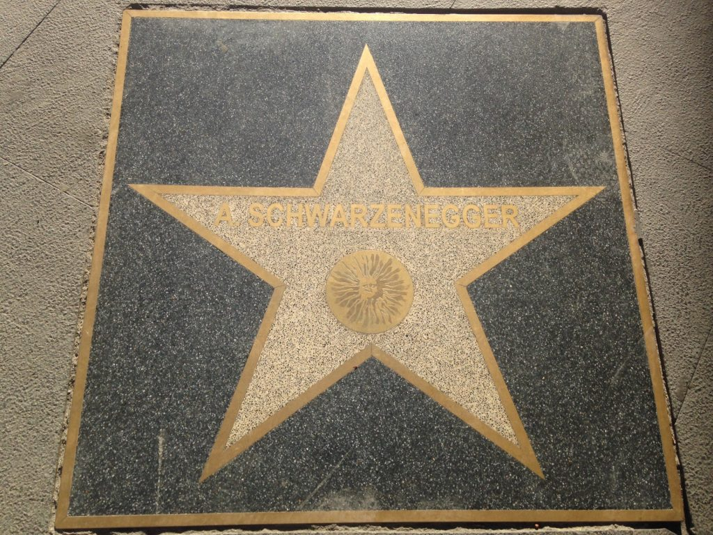 La estrella dedicada a Schwarzenegger en el Paseo de la fama de Almería En el centro el Sol de Portocarrero