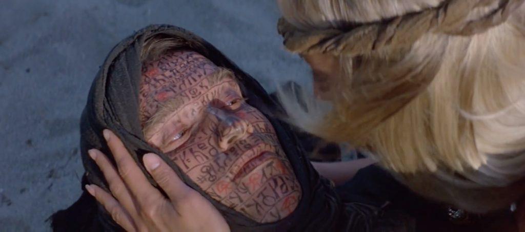 El rostro de Conan con los indalos pintados en rojo