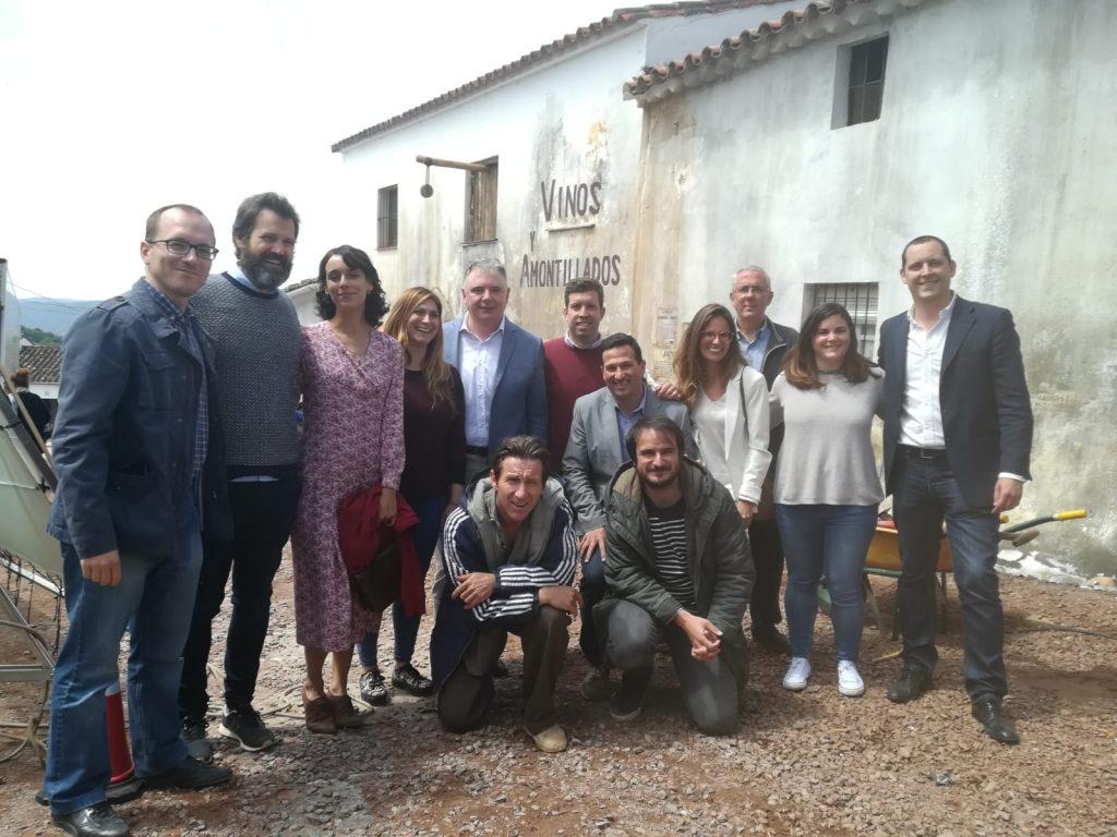 Antonio de la Torre y Belén Cuesta junto a productores, directores y visitantes de Antonio de la Torre en el rodaje de 'La trinchera infinita'