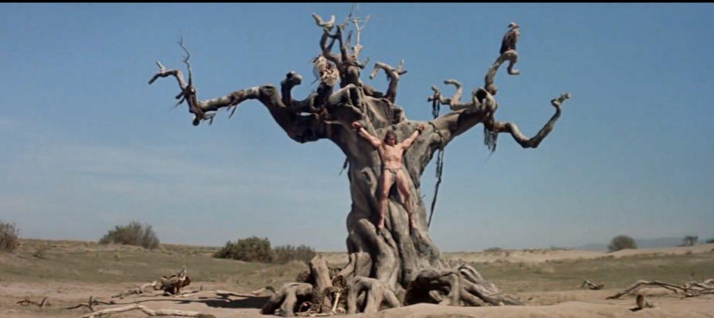 Plano general del Árbol del Infortunio con los buitres y Arnold crucificado