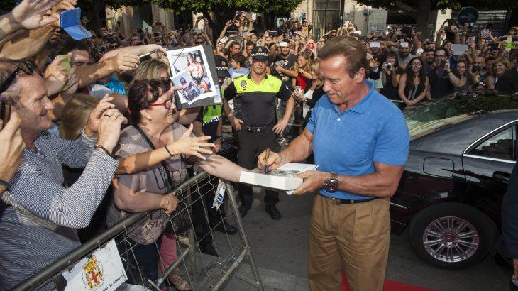 Arnold Schwarzenegger firma autógrafos en su visita a Almería en 2014