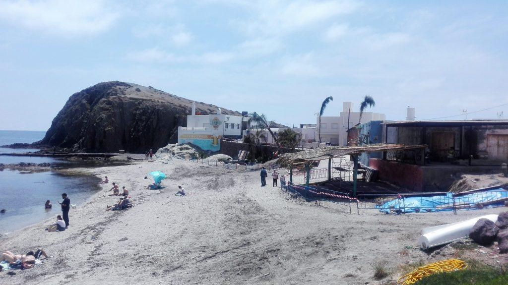 Panorámica de la Isleta del Moro el pasado 20 de mayo con las construcciones para el rodaje rodeadas de vallas