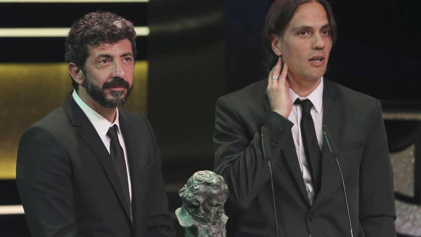 Rafael Cobos (a la derecha) recoge junto a Alberto Rodríguez el Goya al Mejor Guion Original por 'La isla Mínima'