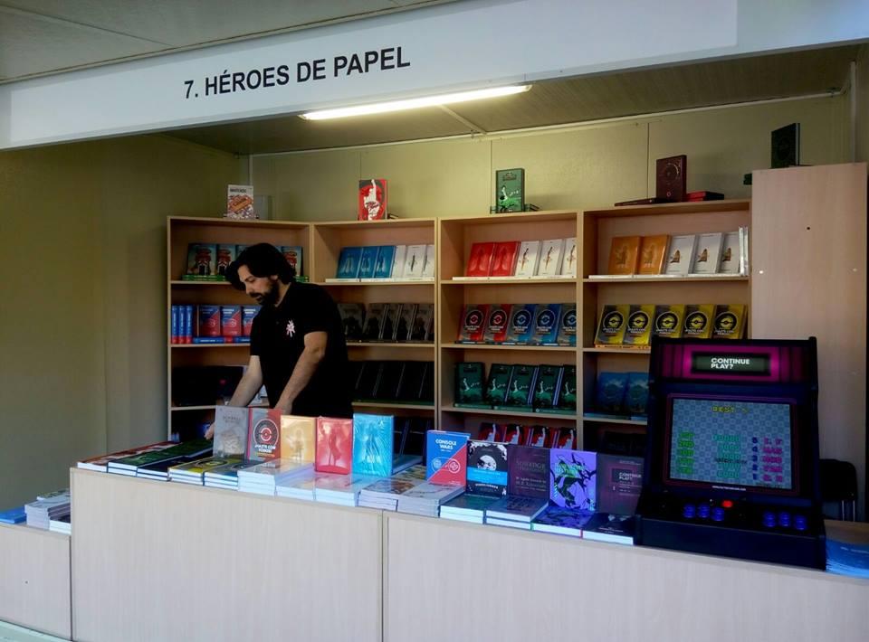 Puesto de la editorial Héroes de papel en la feria del libro de Sevilla.