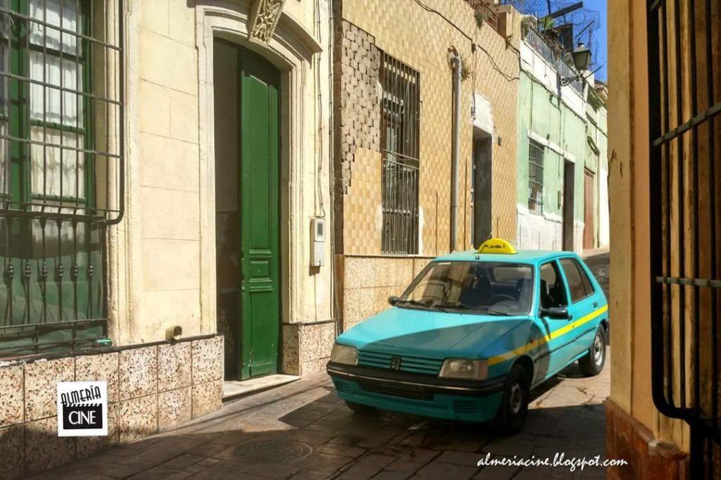 Fotografía de Almeriacine donde se ve uno de los coches que están utilizando en los ensayos por el casco histórico de Almería