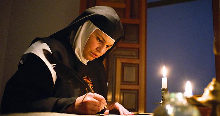 Laura Vil encarna a Sor Mª del Socorro en 'Los renglones de luz' de Macarena Astorga.