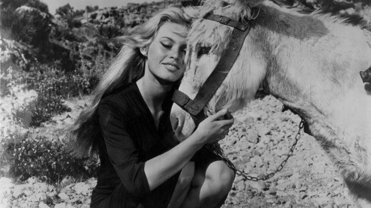 Brigitte Bardot en La Carihuela, durante el rodaje de 'Los joyeros del claro de luna'
