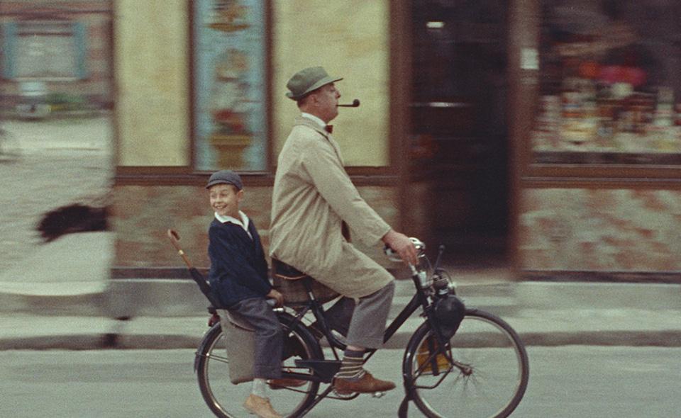 Monsieur Hulot y su sobrino pasean en bicicleta en un fotograma de 'Mi tío'