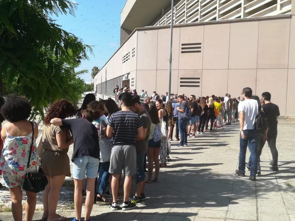 Cola para el casting de 'La Peste' en el Estadio Olímpico de Sevilla