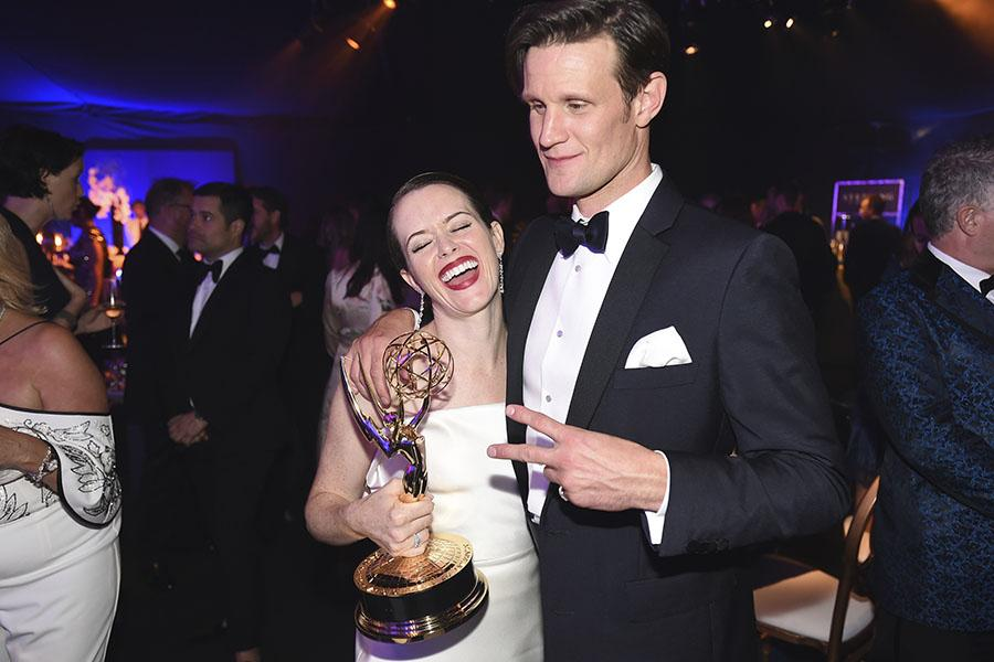 Claire Foy and Matt Smith con el premio Emmy.