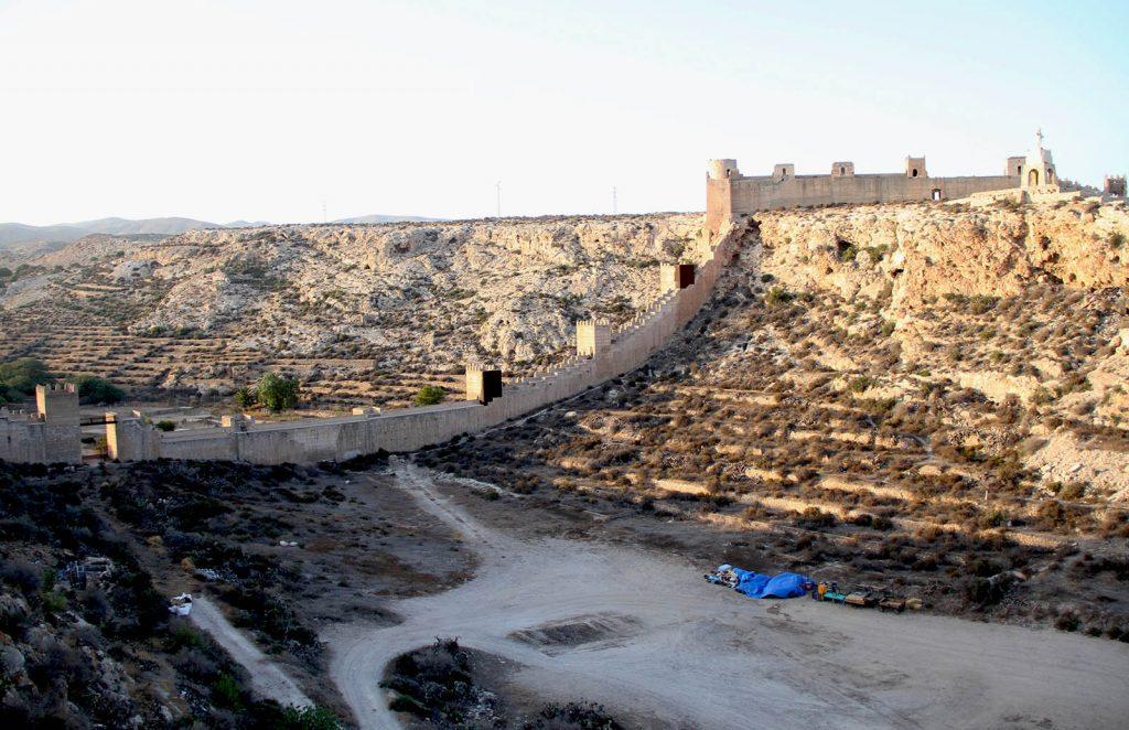 Muralla de Jayrán con el Cerro de San Cristóbal a la derecha