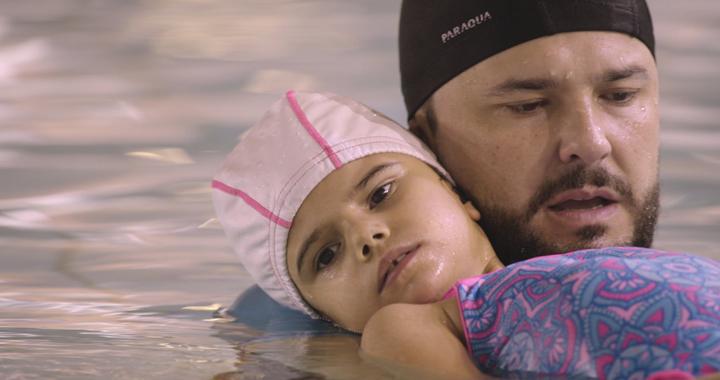 Francisco Santiago junto a su hija martina en un momento del documental 'Todos los caminos'