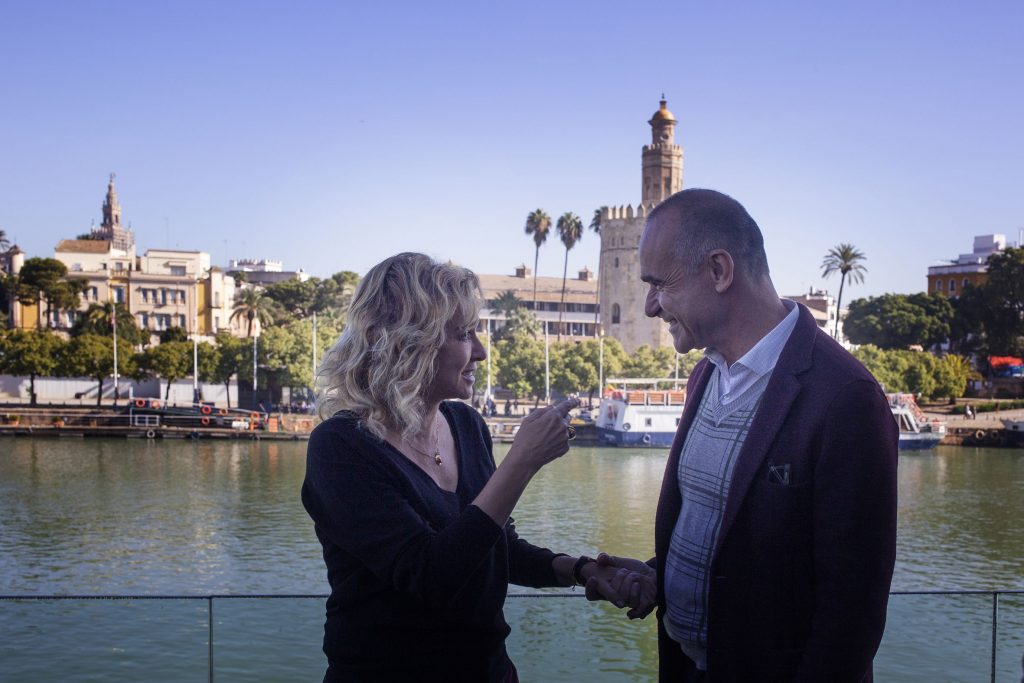 La actriz Valeria Golino junto al teniente de alcalde de Sevilla Antonio Muñoz.