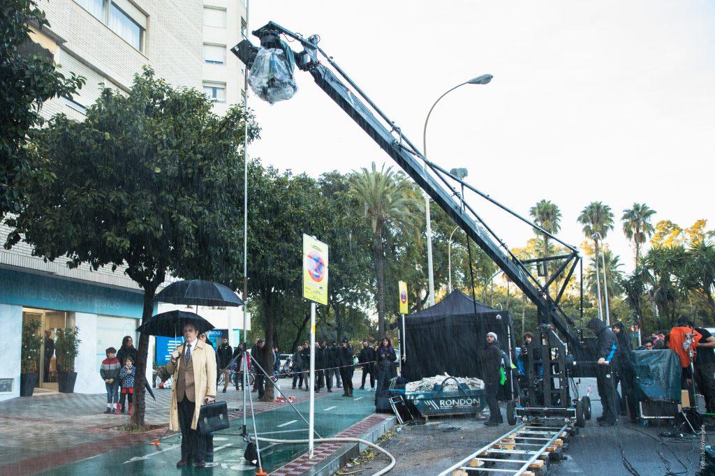 Carlos Areces bajo la lluvia artificial en la calle Adolfo Suarez. Foto: Julio Vergne.