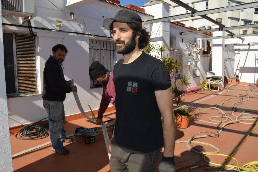 Clemente Torres de Elemento 3FX generando la lluvia para el rodaje de 'El inconveniente'