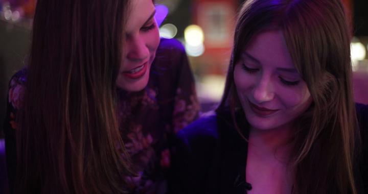 Alejandra Perrea y Victoria Romy en una escena del cortometraje 'Victoria'.