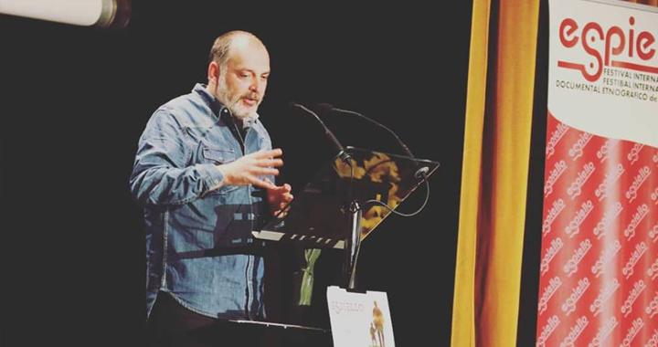 José Tudela recoge el premio por 'Otíñar, un pueblo con amo'.