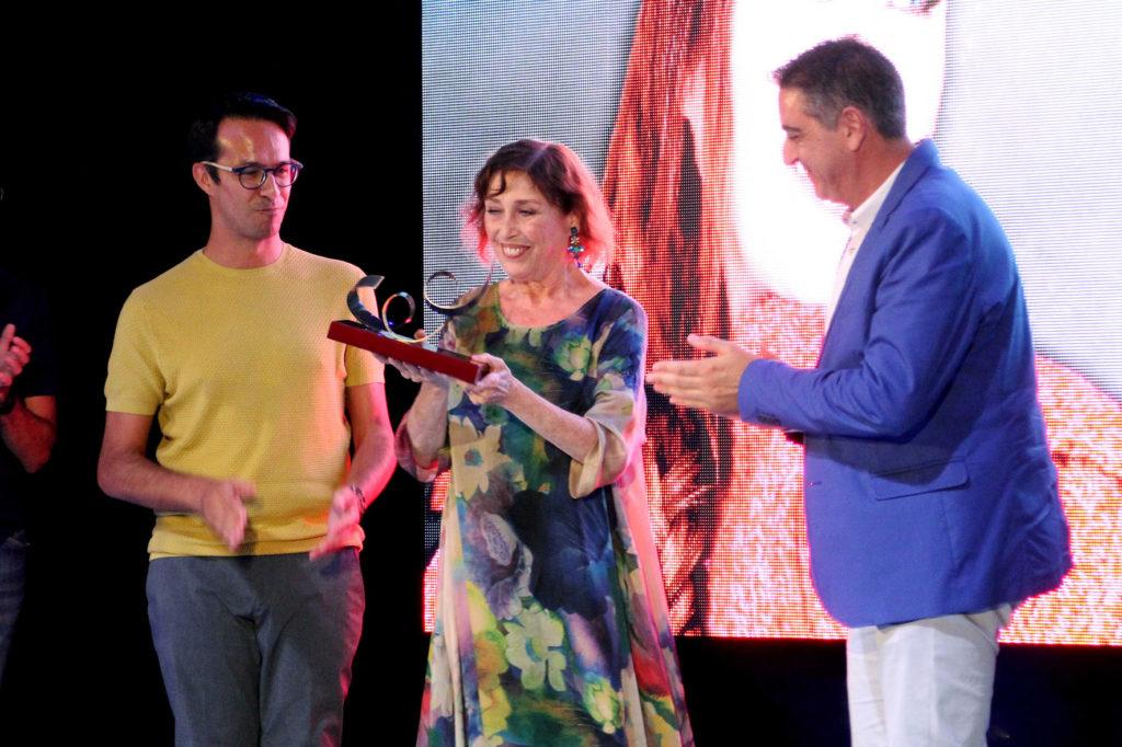 Verónica Forqué recoge un premio en la ceremonia de clausura del 11º Festival de Cine de Islantilla.