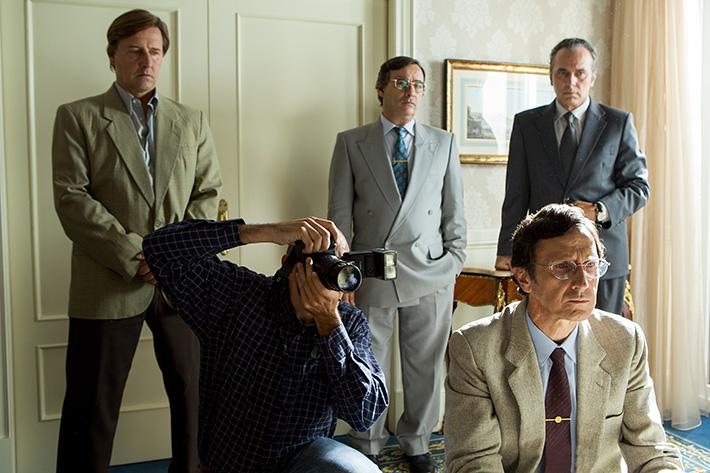 Antonio Estrada (sentado, abajo a la derecha), en un momento del rodaje de 'El hombre de las mil caras'. Fotografía de Julio Vergne