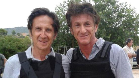 Antonio Estrada (iza.) y Sean Penn en un momento del rodaje de 'Caza al asesino'