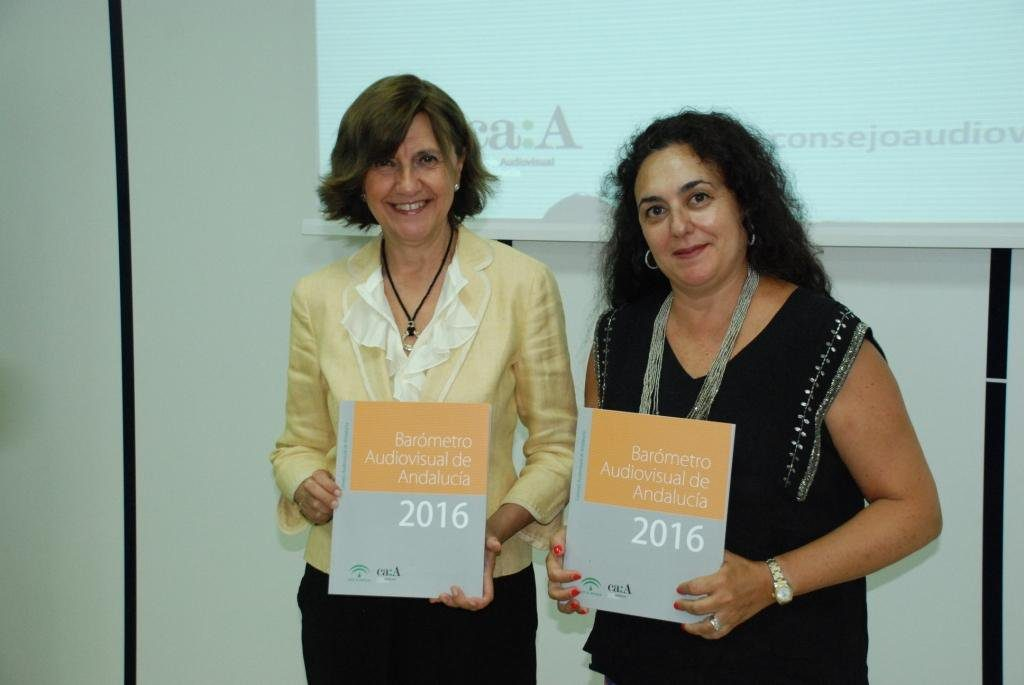 A la izquierda, Emelina Fernández (presidenta del CAA) y a la derecha Cristina Cruces (consejera del mismo organismo), en la presentación del Barómetro del Audiovisual en Andalucía.