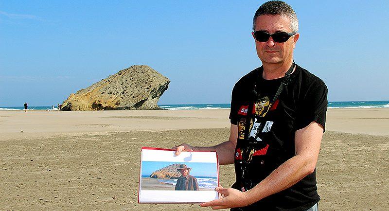 Juanen Pérez Miranda en la playa de Monsul con un fotograma de Indiana Jones y la última cruzada