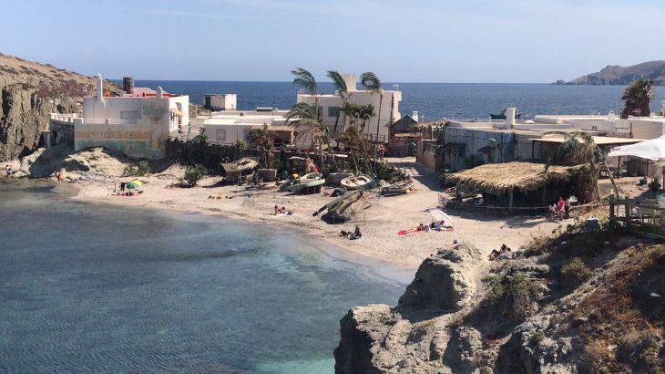 Panorámica de la Isleta del Moro con la decorción preparada para el rodaje. Foto Lourdes Tortosa