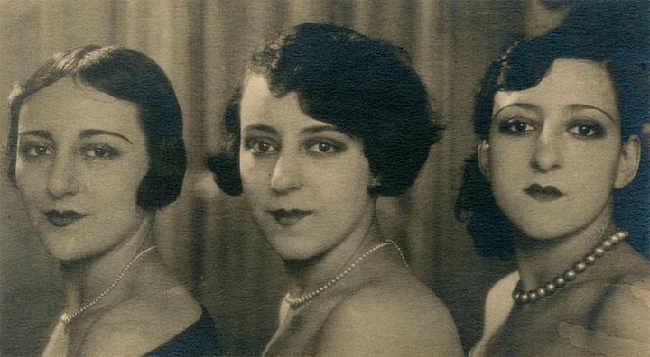 Helena Cortesina (a la izquierda), junto a sus hermanas Ofelia y Angélica